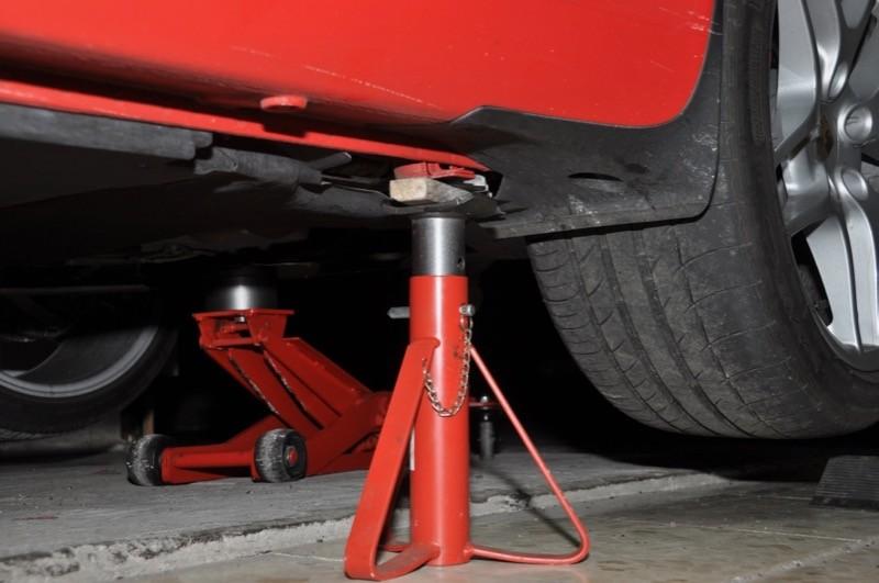 Mettre des chandelles sous la voiture