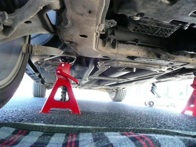 Placer des chandelles sous la voiture