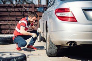 Quels sont les outils essentiels pour changer un pneu crevé?
